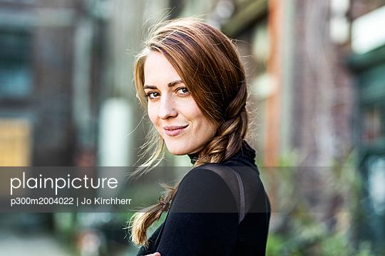 Portrait of smiling woman with braid - p300m2004022 von Jo Kirchherr