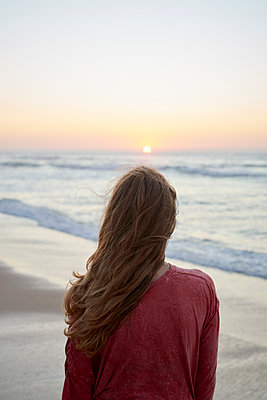 Young woman looking out over the sea - p1124m1508634 by Willing-Holtz