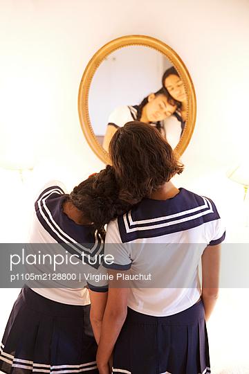 Zwei Mädchen vor einem Spiegel - p1105m2128800 von Virginie Plauchut