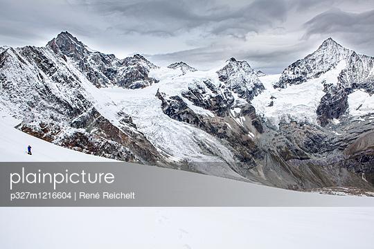 Schneebedeckte Bergkette im Winter - p327m1216604 von René Reichelt