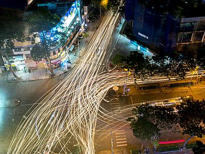 Straßen mit Lichtspuren in Saigon - p393m1452281 von Manuel Krug