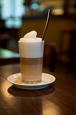Coffee latte - p427m1007566 by Ralf Mohr