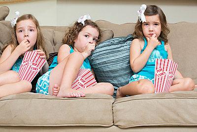 Drei Mädchen - p919m822726 von Beowulf Sheehan