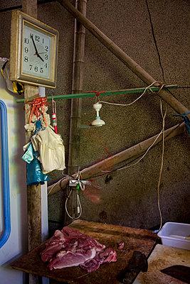 Rohes Fleisch in einer Hütte in China - p1213m1162642 von dianacoca