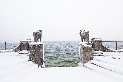Schneebedeckte Löwenstatuen am Starnberger See, Seeburg, Allmannshausen, Bayern, Deutschland - p1316m1160611 von Wilfried Feder
