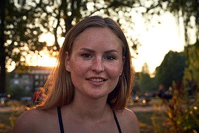 Portrait of a smiling, pretty woman in summer - p300m2042988 von Martina Ferrari