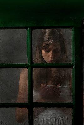 Frau am Fenster - p402m940383 von Ramesh Amruth