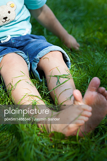 Barfuß auf Rasen - p045m1488346 von Jasmin Sander