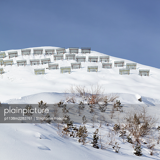 Snow fences on snowcapped mountainside - p1138m2283761 by Stéphanie Foäche