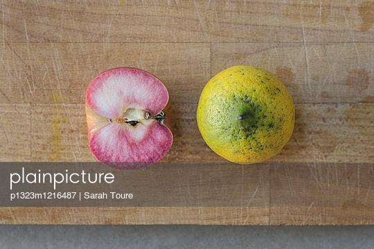 Rosa Apfel mit Zitrone - p1323m1216487 von Sarah Toure