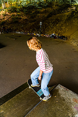 Skateboarding in the skate park - p1267m2288264 by Jörg Meier