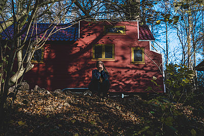 Woman in front of a tiny house - p1295m2254163 by Katharina Bauer