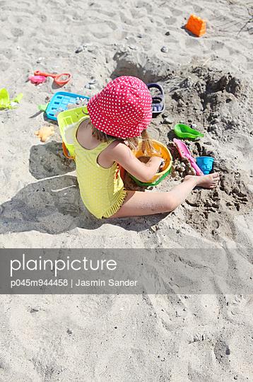 Kleines Mädchen mit Strandspielzeug - p045m944458 von Jasmin Sander