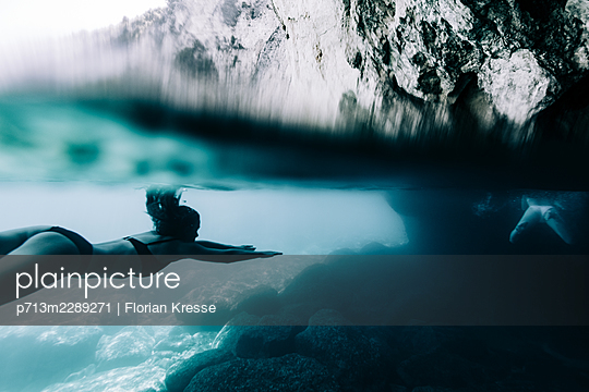 Underwater, woman diving in the Ionian Sea - p713m2289271 by Florian Kresse