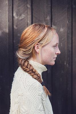 profile portrait of a young woman - p1323m1590468 von Sarah Toure