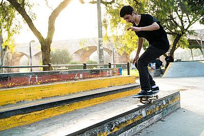Young man riding skateboard in a skatepark - p300m1356431 by Kike Arnaiz
