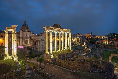 Italy, Rome, Forum Romanum, Temple of Saturn, Santi Luca e Martina, Santa Francesca Romana - p300m2080087 von Hans Mitterer