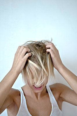 Girl tearing her hair - p427m740880 by Ralf Mohr