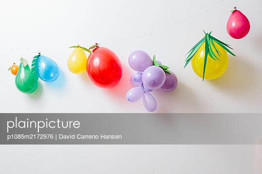 Kindergeburtstag mit bunten Luftballons - p1085m2172976 von David Carreno Hansen