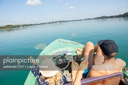 Familienausflug aufs Wasser - p454m2217377 von Lubitz + Dorner