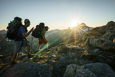 Two climbers hiking at sunset with mountains in background, Canada - p1166m2113338 by Cavan Images