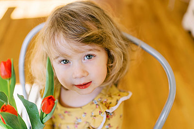 Little two year old girl holding a bunch of tulips. - p1166m2162816 by Cavan Images
