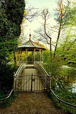 Deserted pavillion on island in a park - p1312m2216069 by Axel Killian