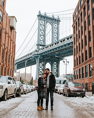 Young couple in front of Manhattan Bridge, New York City - p1507m2196545 by Emma Grann