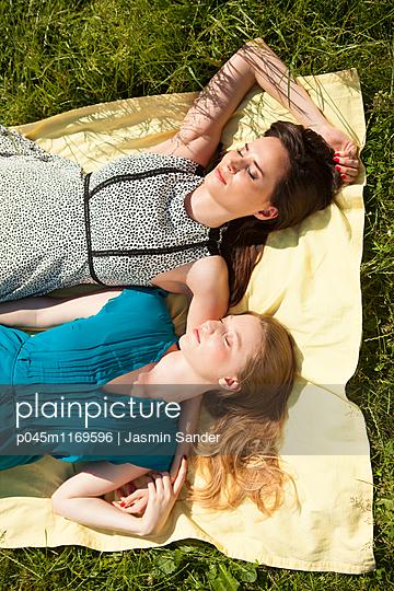 Zwei hübsche Freundinnen - p045m1169596 von Jasmin Sander