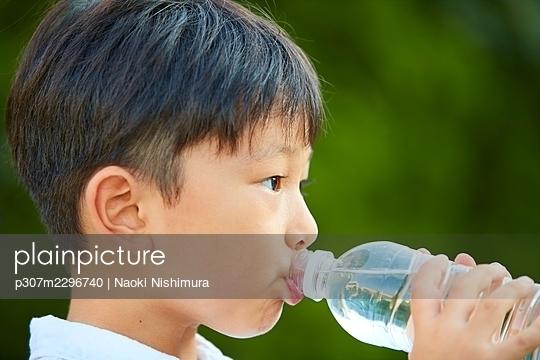 Japanese kid at home - p307m2296740 by Naoki Nishimura