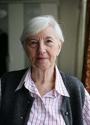 Ältere Frau - p1158m966388 von Patricia Niven