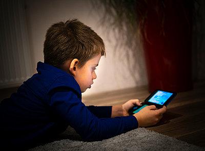 Child with Tablet PC - p1275m2116278 by cgimanufaktur