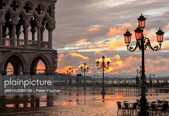 Acqua Alta in St Marks square at sunrise, Venice, Veneto, Italy - p651m2085156 by Peter Fischer
