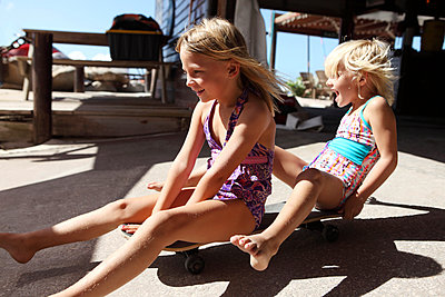 Girls on a skateboard - p045m907329 by Jasmin Sander