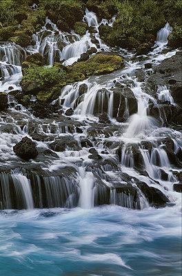 Wasserfall in Island - p1028m889632 von Jean Marmeisse