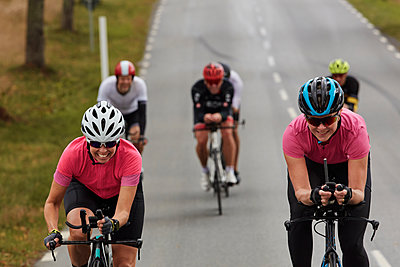 View of smiling female cyclists - p312m2280755 by Plattform