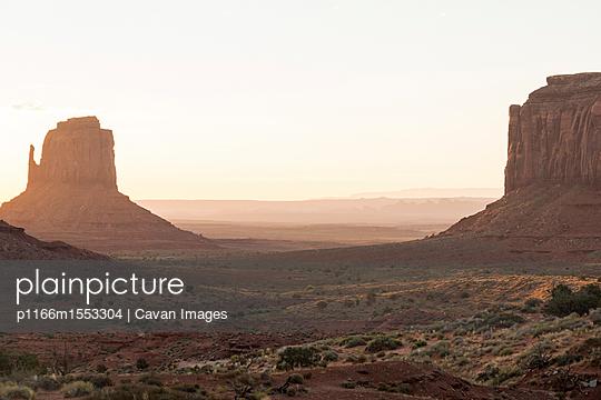 plainpicture   Photo library for authentic images - plainpicture p1166m1553304 - Scenic view of Monument Val... - plainpicture/Cavan Images