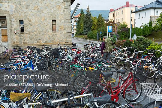 Fahrradparkplatz in den Dolomiten - p1460m1574580 von DeYoung, Michael