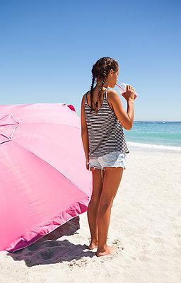 Teenager macht Urlaub am Meer - p045m1286577 von Jasmin Sander