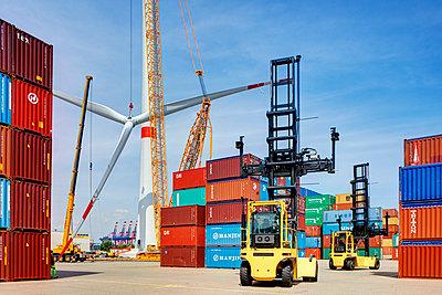 Aufbau eines Windrades im Hamburger Hafen - p1099m1526242 von Sabine Vielmo