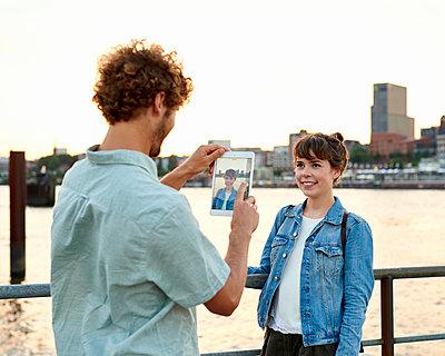 Mann fotografiert Frau mit Tablet an der Elbe - p1124m1150169 von Willing-Holtz