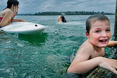 Child playing at jetty - p1125m943665 by jonlove