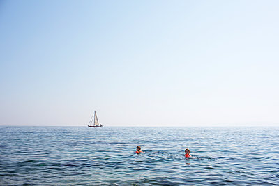 Kinder schwimmen im Meer  - p1386m1476372 von Lindqvist