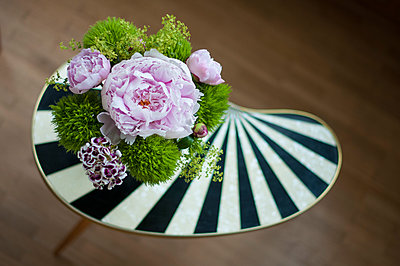 Blumendekoration auf Beistelltisch - p289m1541709 von Doreen Enders