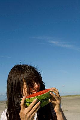 An der Melone knabbern - p4540425 von Lubitz + Dorner