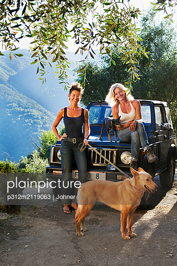 Women with dogs near 4x4 car - p312m2119063 by Johner
