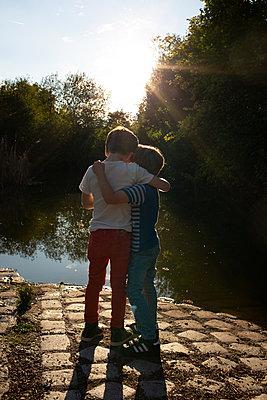 Brüder am Teich - p1308m2222814 von felice douglas