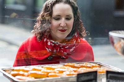 Kuchen in der Auslage - p1367m2004874 von Teresa Walton