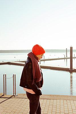 Nachdenkliche junge Frau am Wasser - p432m1217173 von mia takahara