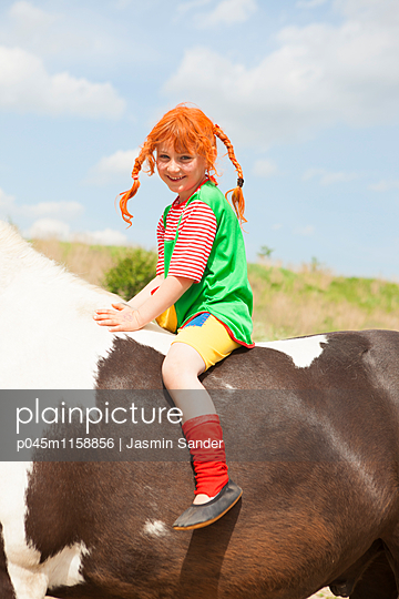 glückliche Pipi Langstrumpf auf Pferd - p045m1158856 von Jasmin Sander